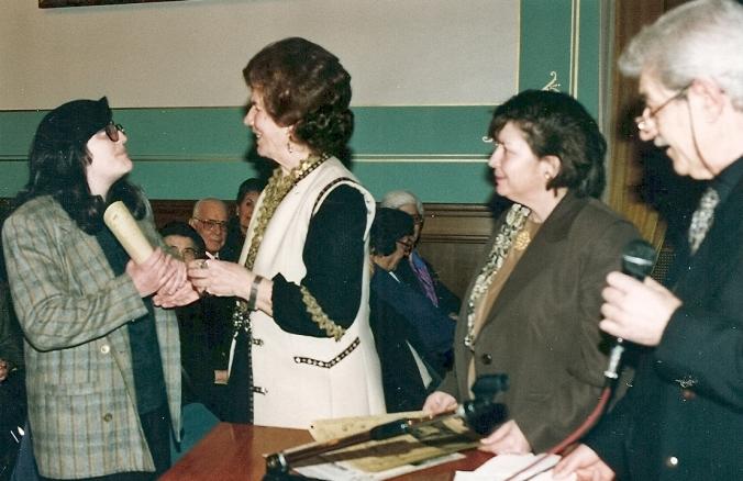 """Αθήνα, 3/3/2000: Η Ζαχαρούλα στην απονομή του Επαίνου ποίησης για το ποιήμά της """"Ο άνθρωπος - ο αδελφός"""". * Athens, March 3, 2000: Poetry's Praise to Zacharoula for her poem """"The man - The brother""""."""